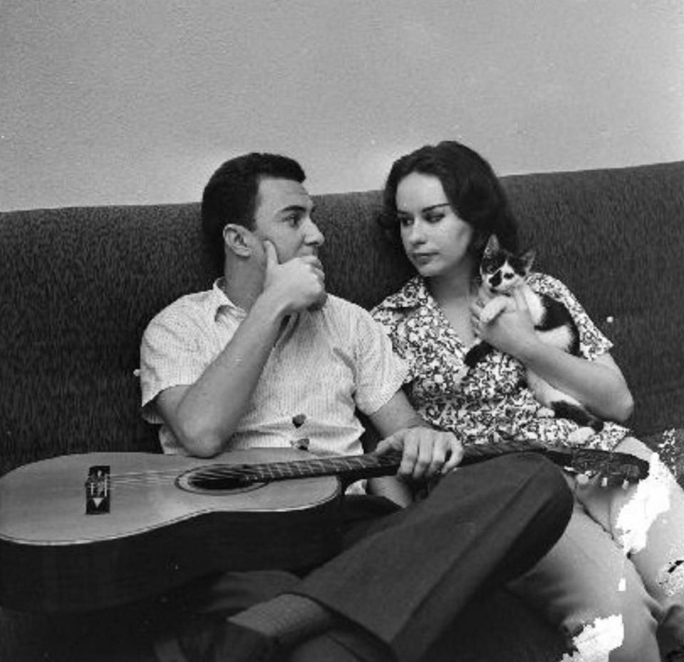 Joao and Astrud Gilberto hanging with their cat. | Musica popular ...